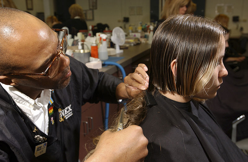 800px-US_Navy_030515-N-5862D-038_U.S._Navy_recruits_get_their_first_military_haircuts_at_the_Navy_Exchange_barbershop